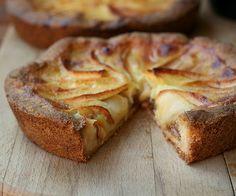 Torta de maçã 4 maçãs, 4 ovos, 1 xic de açúcar 2 xic de farinha, 1 colher de sopa de fermento 1 colher de chá de canela em pó+1 colher de chá de açúcar