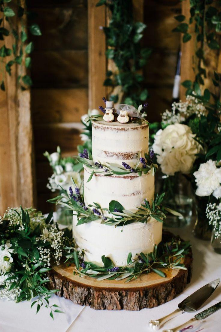 Schneiden Sie einen halbnackten Kuchen mit viel Grün und Wildblumen zu und servieren Sie ihn auf einem Baumstumpf.   – Свадьба в стиле рустик и эко | Wedding rustik echo