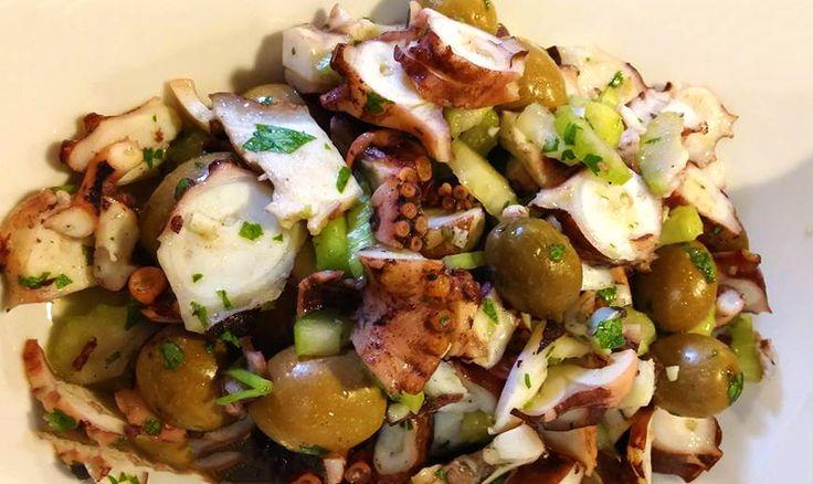 Dal sapore unico il polpo in questa ricetta raccoglie il profumo unico della Vernaccia di Oristano in abbinamento con le olive nere