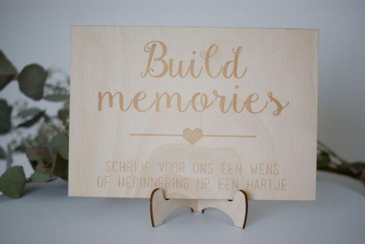 Dit is eens heel iets anders dan een standaard gastenboek. Laat jullie gasten herinneringen bouwen of stapelen, ze schrijven hun wens voor jullie of een mooie herinnering op een hartje en plaatsen deze op het standaard.