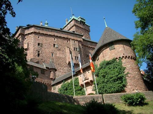 Versterkte burcht op een rots boven de vlakte van de Elzas - Het hooggelegen kasteel van Haut-Koenigsbourg in Orschwiller domineert van op 750 meter hoogte…