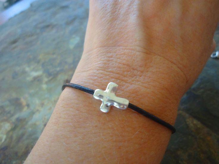 Gastgeschenke - ★ GEHÄMMERTES LEDER KREUZ ★ schwarzes Armband - ein Designerstück von Asai_Bolivien bei DaWanda