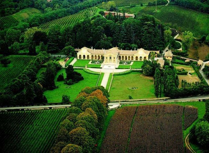 La Villa di Maser (Villa Barbaro) è uno dei capolavori di Andrea Palladio. Aperta tutto l'anno, conserva il fascino della villa abitata dai proprietari, e durante gli eventi si può godere della straordinaria bellezza e magica atmosfera nelle diverse stagioni. Rose, glicine e bignonie rampicanti danno il benvenuto nel cortile di entrata. La visita prosegue all'interno con le sei sale affrescate da Paolo Veronese, che costituiscono il suo più esteso e importante lavoro in affresco dalle quali…