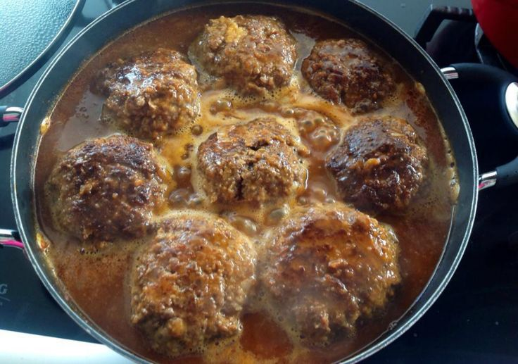 Luikse gehaktballen, heerlijk bij hutspot, andijviestamppot of rode kool. Kruid het gehakt met zout, peper, paprikapoeder, een fijngesnipperde ui en een beetje gedroogde tijm. Week 4 sneetjes witbrood in een kopje melk. Kneed dit samen met 2 eieren door het gehakt en voeg een half kopje paneermeel toe.