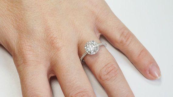 Este precioso diamante anillo de compromiso ofrece una piedra central de diamante natural de 1,21 ct y acentúa con un total de piedras laterales de 0,46 ct diamante natural. De diamantes de peso total ct 1,67. Delicadamente hechos a mano en oro amarillo 14K en 2,3 g. Con su diseño sin precedentes, este anillo está garantizado a hacer que cada mujer caer en amor con usted de nuevo.  Este anillo también está disponible en otros metales y piedras. Es un anillo importante que puede hacer…