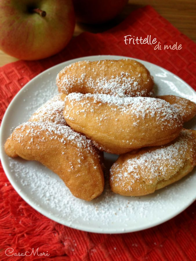 http://blog.giallozafferano.it/casamori/frittelle-di-mele/ Da provare prima di Natale!