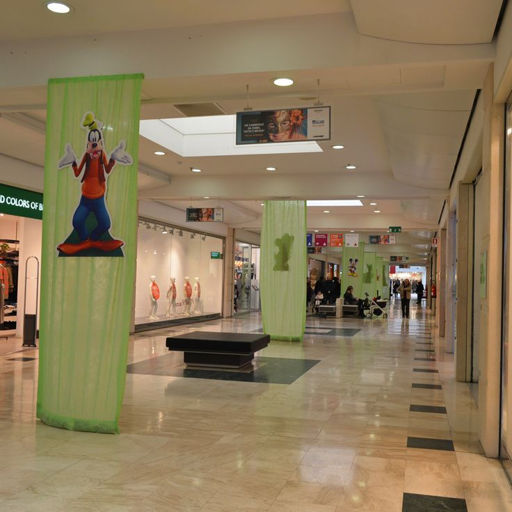 I corridoi vestiti a festa: tende verdi con i personaggi #Disney più amati, come #Pippo o #Goofy