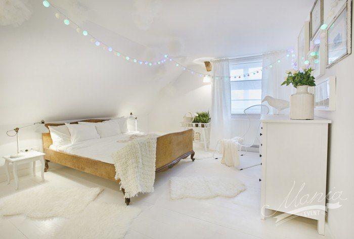 Delikatna i bajkowa aranżacja sypialni całej skąpanej w bieli. Drewniana rama łóżka oraz niektóre z okazów w galerii...