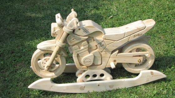 Wooden #motorcycle #rocker - a must-have for biker kids: http://www.1-2-do.com/de/projekt/Schaukelmotorrad-Suzuki-GSF-1200-N-Bandit/bauanleitung-zum-selber-bauen/4129/