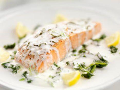 Smør inn laksefiletene med olivenolje, strø på salt og pepper, og legg dem til…