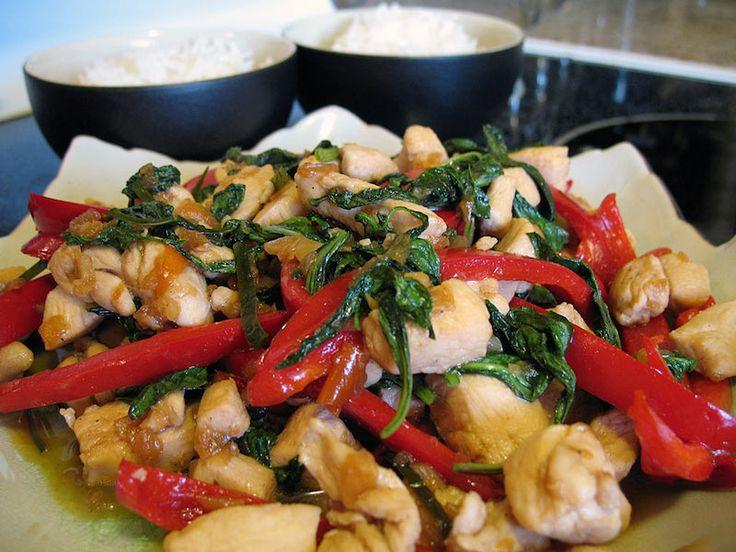 Kip met Thaise basilicum is een maaltijd die meestal per 1 bord bereid word, het smaakt gewoon het beste wanneer je een enkele portie bereid. Je kunt dit recept herhalen tot je de gewenste hoeveelheid porties hebt of de ingrediënten gewoon...