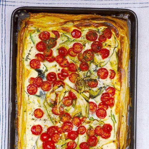 Deze plaattaart zal het fantastisch doen als borrelhap. Of maak de taart als avondeten en serveer met een frisse groene salade.De romige smaak van de ricotta gaat geweldig samen met de frisse kerstomaatjes.