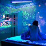 Флуоресцентная краска для стен - виды, особенности и техника нанесения