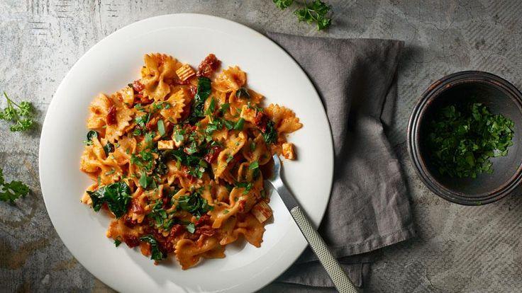 Hľadáte recept na výborné cestoviny? Navštívte stránku kuchynalidla.sk a vyskúšajte recept Marcela Ihnačáka na farfalle s balkánskym syrom.