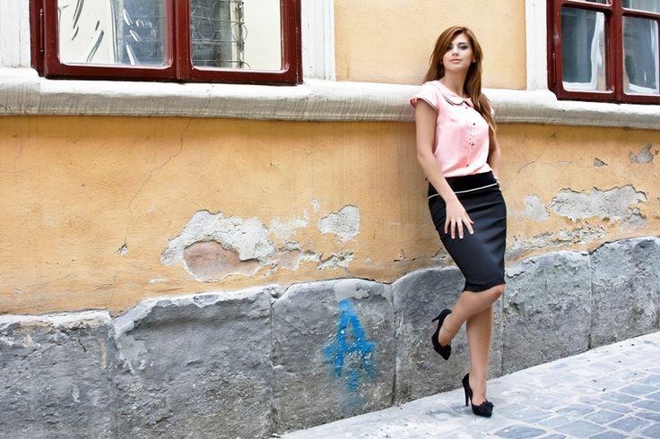 Fusta Amalia Fusta conica, talie inalta, accentuata cu passpoil. 139RON