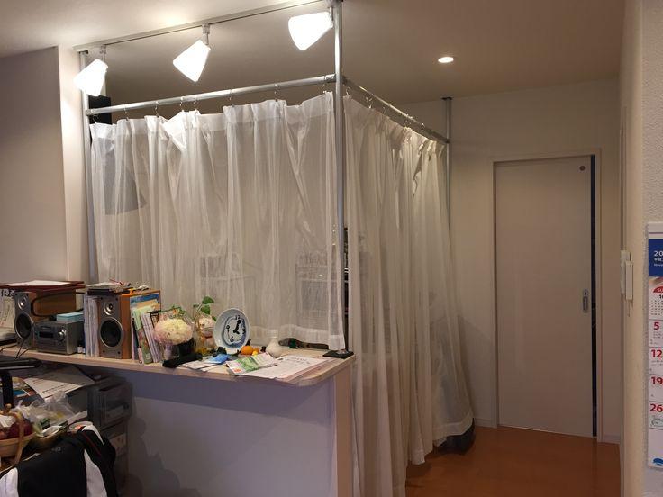 誰でも簡単にできるアルミフレームDIY!   アルミパイプを使ってキッチンに目隠しカーテンを 作りました。 アルミパイプを天井と床の間で突っ張って固定し、 固定したパイプに別のパイプを連結することで 簡単にカーテンレールができます。 キッチンに問わず、部屋の仕切りカーテンや 暖簾のような使い方もできますよ。
