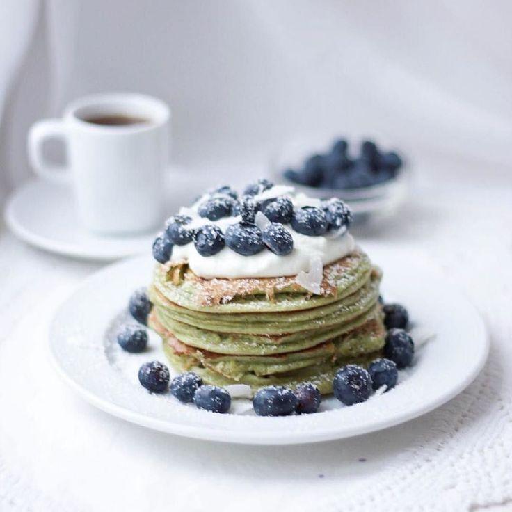 S U N D A Y  #happysunday  lo  mejor de un acogedor domingo por la mañana es una pila de deliciosos panqueques de proteínas #matcha? #Breakfast  feliz #domingo !  #recipe ahora está en nwlife.at  .  S U N D A Y  what's better on a cozy sunday morning than a stack of yummy matcha protein pancakes? Breakfast   recipe is now on nwlife.at  . Einen schönen 4. Advent wünsch ich euch allen  schlimm wie schnell die Zeit vergeht und dass die Woche schon Weihnachten ist  und ich noch kein bisschen in…