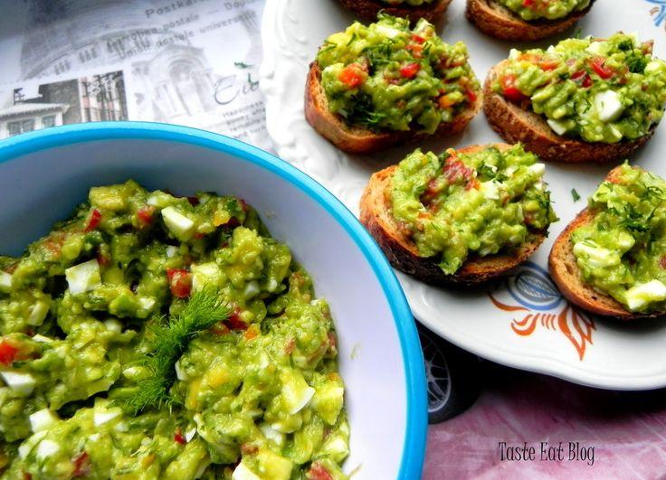 Taste Eat: Pasta awokado z jajkiem, papryką i koperkiem