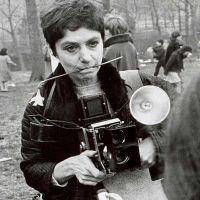 Diane Arbus: Η αποκλίνουσα φωτογράφος του περιθωρίου (Pinhole)