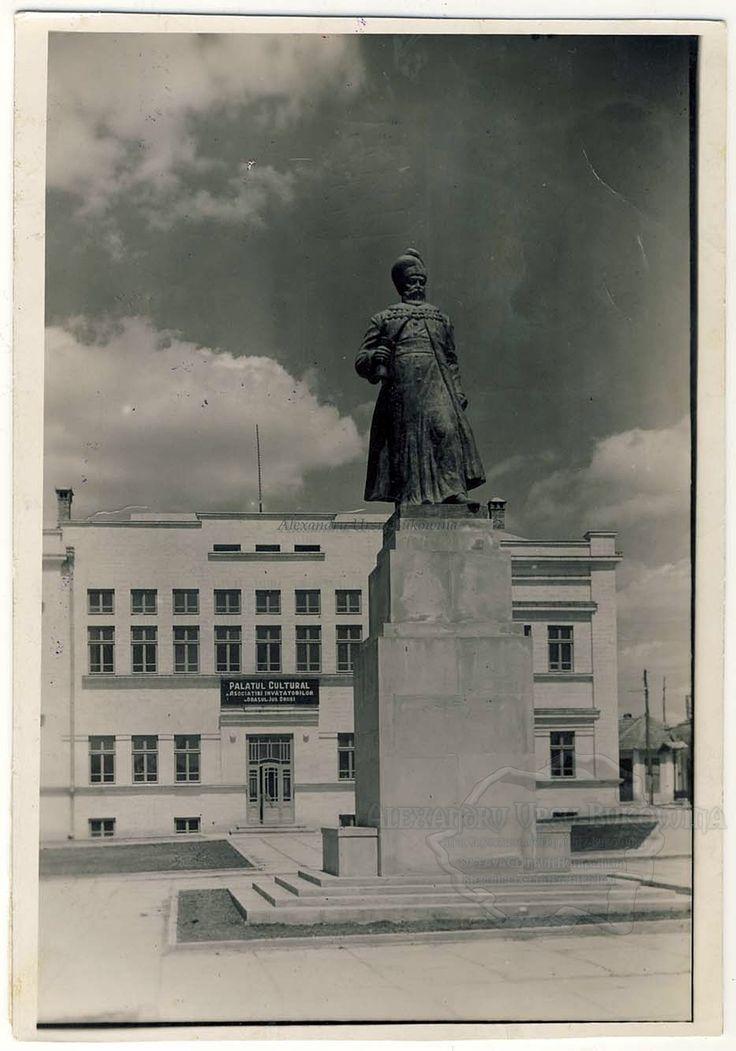 Plasa Orhei. Orașul Orhei. Statuia domnitorului moldovean Vasile Lupu.