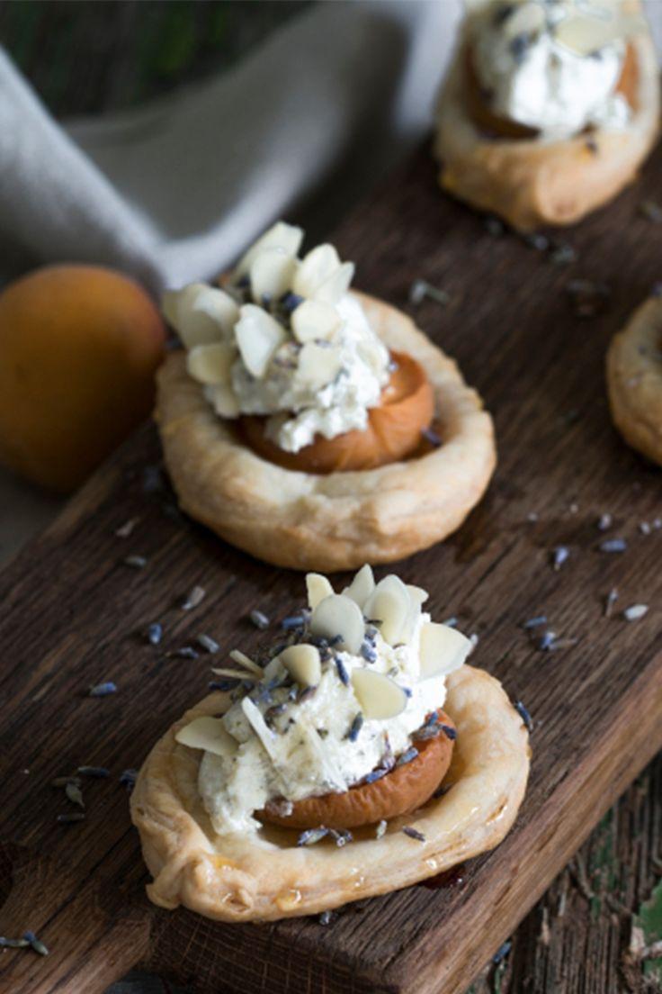 Perfekt als Aperitif - unser Rezept für Blätterteig-Käseigel-Häppchen mit saftigen Aprikosen und Honig-Lavendelblüten Topping.