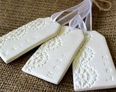 Articles similaires à Foi, espoir, amour Tags, étiquettes d'argile, dentelle en relief Tags, étiquettes à cadeaux, décoration, souvenirs sur Etsy