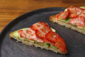 Toast avocado - aardbei