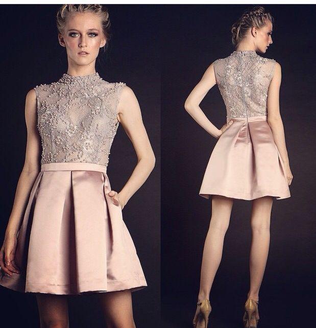 Vestido curto com saia de tafetá rosa e blusa de renda prata rebordada. Marca: vivaz