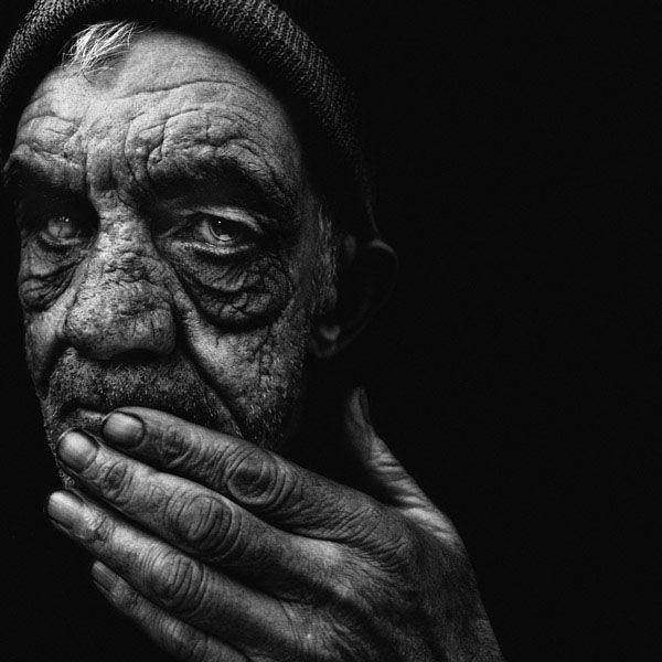 уже фото старых людей в черном фоне временем