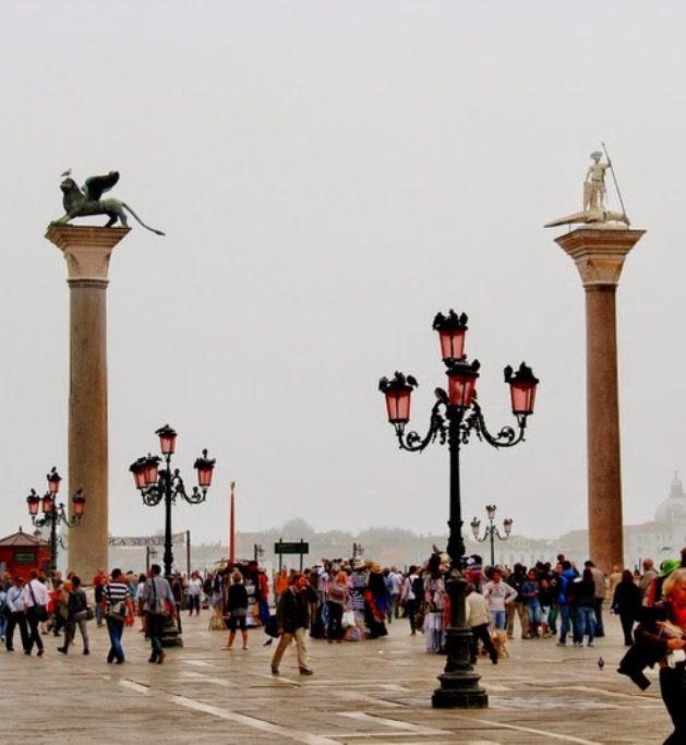 Las columnas de San Marcos y de San Teodoro a la entrada de la Plaza San Marcos. Venecia.