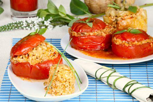 Peperoni ripieni con passata di pomodoro, riso e verdure