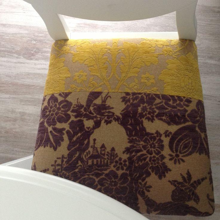 Asiento personalizado en estampado THAI en tono morado con estampado flores en amarillo acompañando a esta silla en laca blanca, es una creación de Mobles Cambrils a la venta en Drassanes 16 de Cambrils en Tarragona.