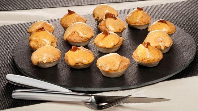 Tartaletas de pastel de pescado y mahonesa de erizos