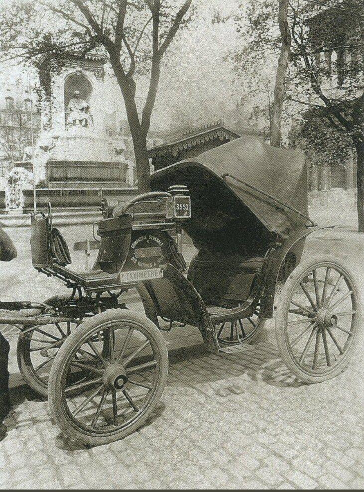 La Voiture dans le Paris d'antan par Eugène Atget - Un fiacre à pneu plein, place Saint-Sulpice, en 1910.