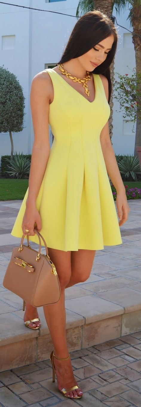 Street style | Yellow dress, golden heels and statement necklace, handbag