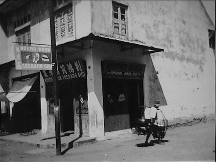 Tandheelkundige verzorging in Ned.Indie. De winkel en werkplaats van de toekang gigi. 1947