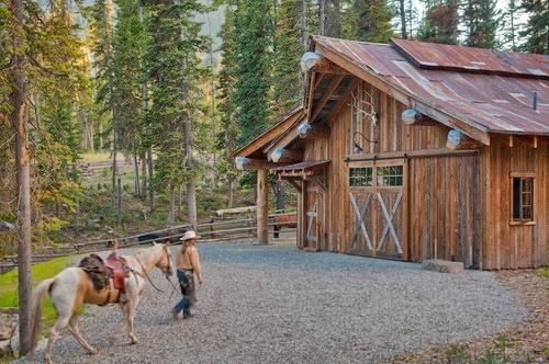 """http://www.vocerealmentesabia.com/2013/03/casas-rusticas-dentro-de-um-padrao-de.html     O telhado é feito de metal recuperado de fazendas próximos, em Montana e Wyoming. """"Na calçada, foi utilizado cascalho em vez de asfalto para manter a sensação do rústico histórico"""", diz Frackiewicz."""