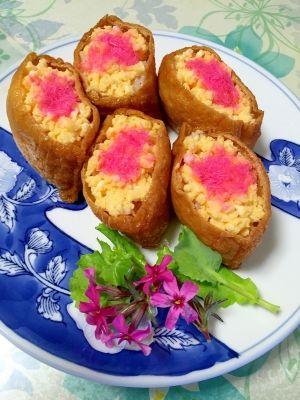 「レンジで簡単!彩り綺麗な★稲荷寿司」市販のお稲荷さんに、生姜入りすし飯を詰めました。スクランブルエッグは、電子レンジで作るので簡単です。でんぶを乗せて、彩りが綺麗な稲荷寿司になりました。【楽天レシピ】