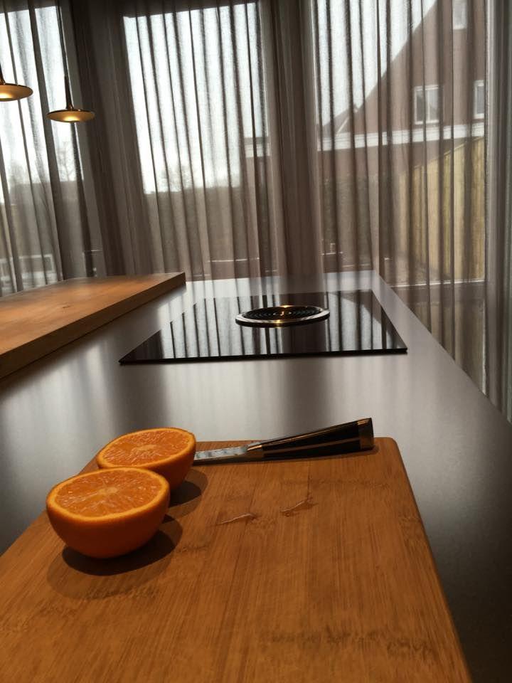 Referentie Wildhagen | Moderne kookeiland met kookplaat en afzuigkap. https://www.facebook.com/wildhagen.nl/photos/pcb.808758782562523/808758565895878/?type=3&theater  #designkeukens