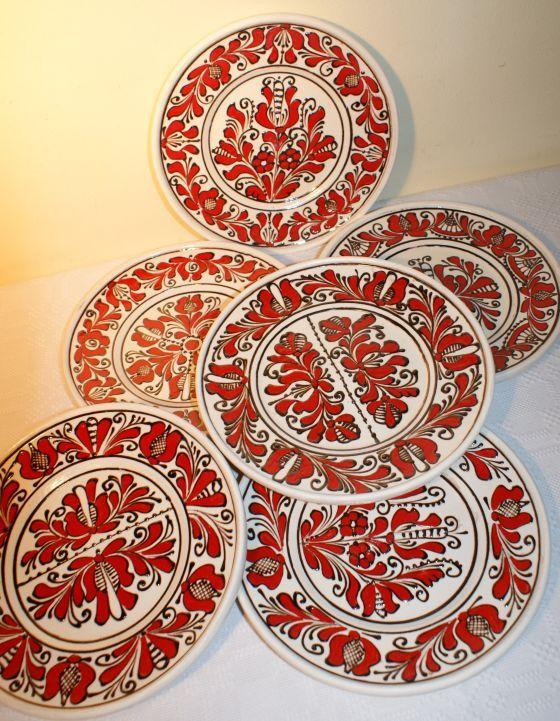 Farfurie ceramica cu flori rosii, specifica Corund