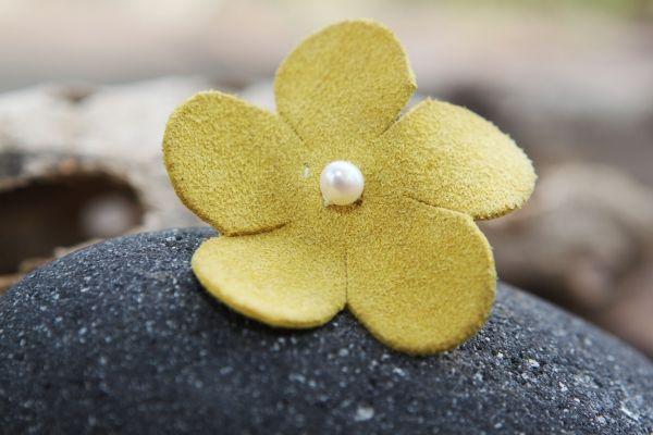 Δαχτυλίδι δερμάτινο λουλούδι | myartshop Δαχτυλίδι από βεραμάν δερμάτινο λουλούδι με μαργαριταράκι. Ανοιγόμενη βάση.