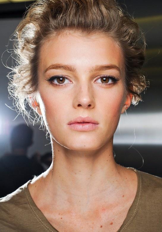 Естественная форма бровей, нейтральный макияж глаз