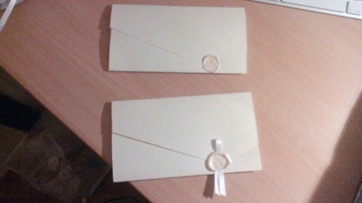 Partecipazioni in carta d'Amalfi  color avorio chiuso con bollo di cera lacca color avorio e timbro a secco con iniziali sposi