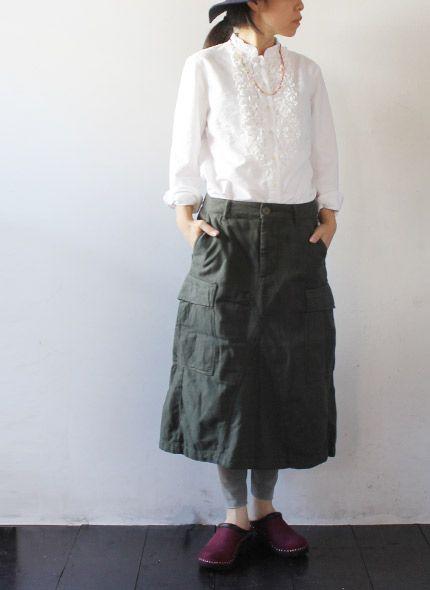 [TIGRE BROCANTE] Army Cargo Long Skirt しっかりとした生地に、ウエストは調節可能なアジャスター付き、両サイドのポケット。 特徴的なのは、太もものあたりにたっぷり収納できるアウトポケットが付いています。 裾は、絞れますので、バルーンっぽいシルエットにも。カーゴパンツではハードな印象ですが、 スカートになると、まったく違った表情が楽しめます。