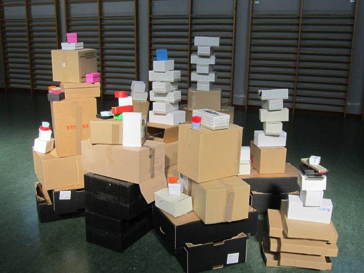 Instalación de juego simbólico: cajas de diferentes formas, tamaños y colores