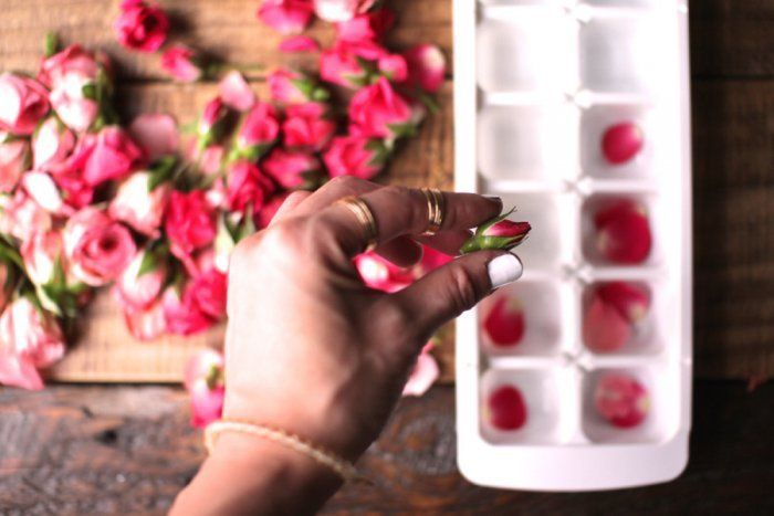 Una Forma Sencilla De Hacer Cubitos De Hielo Con Petalos De Flores Dale Detalles Cubo De Hielo Cubos Flores