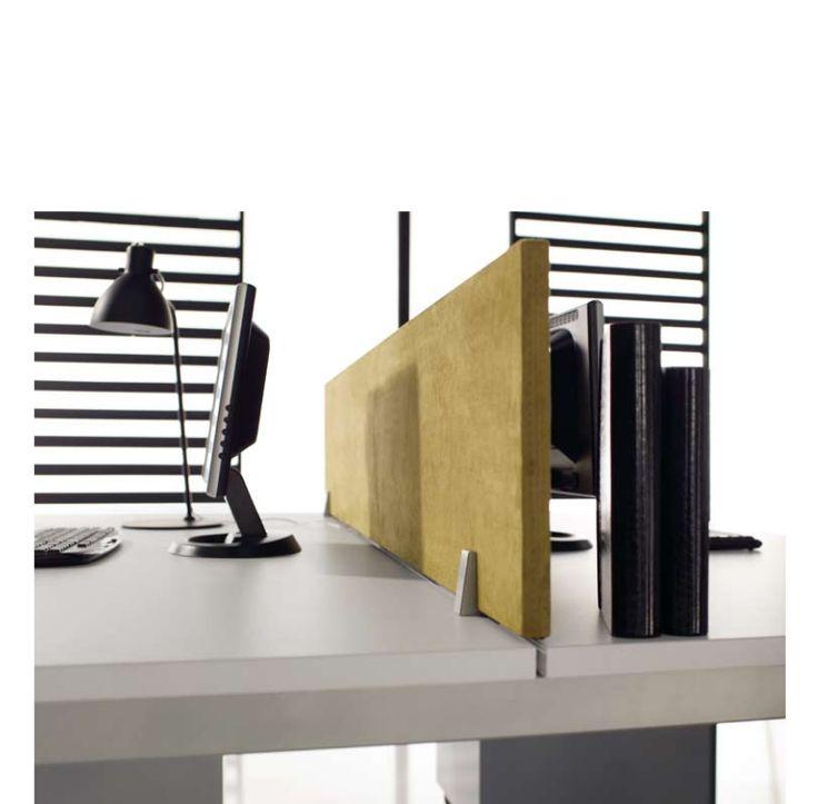 Detalle de una mesa de oficina con separador