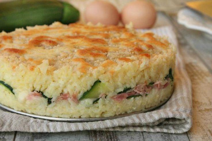 Torta di riso con formaggio, zucchine e prosciutto cotto: un perfetto piatto unico, ideale anche per una gita fuori porta o per un pranzo in ufficio.