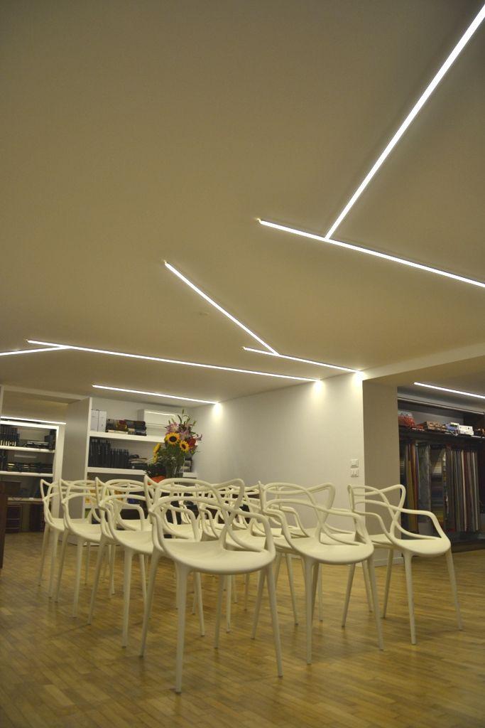 Natural Geometries - è un progetto di illuminazione LED realizzato su misura, in cantiere. E' una struttura in estruso in alluminio, cablato con led 3000K 24Vdc, 19W/m. 1800 lumen/m. IRC>90 per una luce diretta filtrata solo da una leggera lamina diffondente in coestruso sabbiato. Può assumere infinite geometrie, realizzabile in qualsiasi forma poligonale. Grazie alle sue ridotte dimensioni è un'ottima soluzione in ambienti con soffitti bassi. altezza soffitto H 2.35 ottenuti 265 lux/mq.