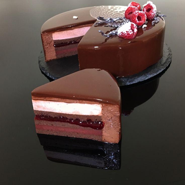 """Торт """"Терновник"""": шоколадный миндальный бисквит, малиновый ганаш, малиново-ванильный джем, малиновый мусс, шоколадный мусс, шоколадная глазурь, шоколадный декор... #моясладкаяжизнь #jsopatisserie"""